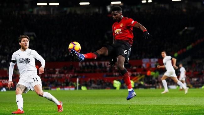 Paul Pogba yang tampil mengkilap sejak kedatangan Ole Gunnar Solskjaer berusaha kembali tampil gemilang di laga lawan Burnley. Namun babak pertama berakhir tanpa gol. (Reuters/Jason Cairnduff)