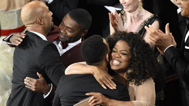 Pada 2014, Oprah menjadi produser dari film 'Selma' yang mengisahkan momentum kebangkitan ras kulit hitam di AS pada 1964. Film tersebut memenangkan piala Oscar untuk kategori Best Original Song. Oprah sendiri pertama kali mendapat nominasi Oscar di film pertamanya, The Color Purple (1985). (AFP PHOTO / Robyn BECK)