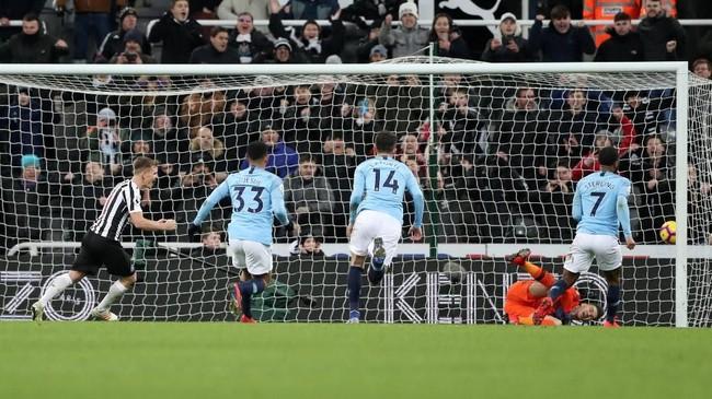 Newcastle United lalu berbalik unggul 2-1 lewat penalti Matt Ritchie di menit ke-80. (REUTERS/Scott Heppell)