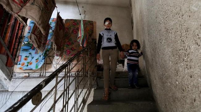 Dokter menyatakan dia terkena serpihan tabung gas air mata. (REUTERS/Ibraheem Abu Mustafa)