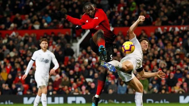 Striker Manchester United, Romelu Lukaku berusaha membongkar pertahanan Burnley. (REUTERS/Phil Noble)