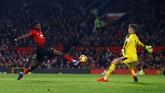 Manchester United berusaha keras untuk bisa mencetak gol di sisa waktu yang ada. (Reuters/Jason Cairnduff)