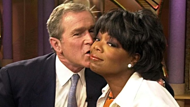 Ketenaran Oprah sebagai pembawa acara sejak dekade '80-an menjadi salah satu alasan dia memiliki pengaruh besar di masyarakat Amerika Serikat. Bahkan kala George W Bush masih menjadi bakal calon presiden dari Partai Republik pada 2000 silam, ia ikut muncul di acara Oprah. (AFP PHOTO/Tannen MAURY)