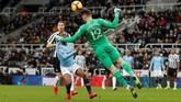 Manchester City berusaha keras untuk bisa mencetak gol penyama kedudukan di sisa waktu yang ada. (Reuters/Lee Smith)
