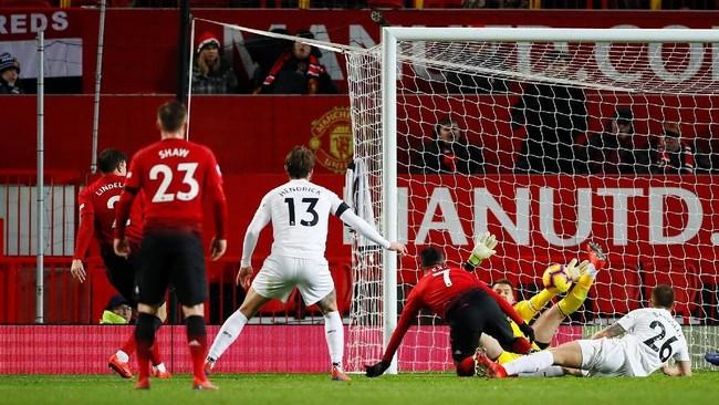 Victor Lindelof akhirnya membawa Manchester United menyamakan kedudukan lewat golnya di menit ke-90. Manchester United mengakhiri laga dengan skor imbang 2-2. (Reuters/Jason Cairnduff)