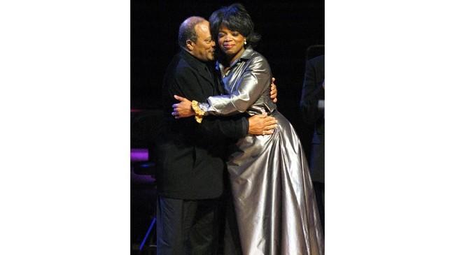 Musisi Quincy Jones salah satu teman terdekat Oprah. Kala Oprah mendapatkan Philadelphia Marion Anderson Award pada 2003 berkat aksi filantropinya, Jones memberikan selamat kepada Winfrey sama seperti Oprah memberikan selamat kepada Jones kalamendapatkan Jean Hersholt Award di Oscar 1995. (William Thomas Cain/Getty Images/AFP)