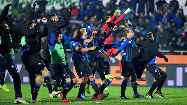 Atalanta berhasil unggul 2-0 di babak pertama lewat gol Timothy Castagne dan Duvan Zapata. (REUTERS/Massimo Pinca)