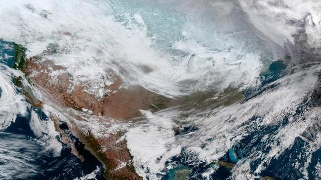 Akibat cuaca dingin ekstrem di AS, kegiatan penerbangan, pendidikan hingga bisnis terhenti. (Courtesy NOAA/Handout via REUTERS)