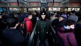 Jutaan penduduk China telah memulai mudik Tahun Baru Imlek, yang menjadi migrasi manusia tahunan terbesar di dunia, meninggalkan kota-kota besar untuk kembali ke kota asal mereka untuk berlibur. (REUTERS/Jason Lee)