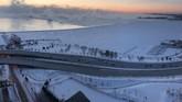 Penyebab cuaca dingin yang ekstrem itu adalah pusaran udara Arktik yang terpisah dari pusaran kutub yang biasanya mengelilingi Kutub Utara. (IRSHAAD GOEDAR/via REUTERS)