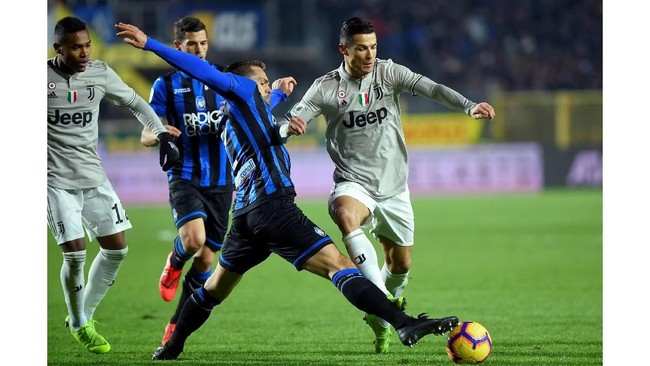 Juventus menurunkan Cristiano Ronaldo di lini depan pada laga ini, ditemani Paulo Dybala dan Federico Bernardeschi. (REUTERS/Massimo Pinca)