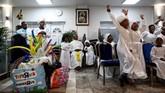 Kelas kompetisi menari diadakan dengan anak-anak sebagai jurinya setelah kebaktian hari Minggu di New Jerusalem Parish, sebuah gereja Nasrani di London. Gereja ini tadinya sebuah gudang penyimpanan. (REUTERS/Simon Dawson)