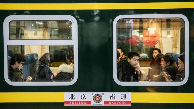 Liburan paling penting dalam kalender China ini memiliki konsep reuni keluarga, dan para pelancong harus sudah sampai tujuan pada hari Senin (4/2) untuk merayakan Tahun Babi pada keesokan harinya. (REUTERS/Stringer)