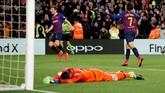 Philippe Coutinho kembali mencetak gol dan membuat skor menjadi 3-0 di menit ke-53. Semenit berselang, Sergi Roberto memperbesar skor menjadi 4-0. (REUTERS/Albert Gea)