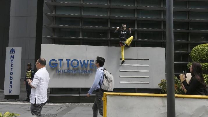 Robert yang kini berusia 56 tahun nekat memanjat gedung GT Tower yang memiliki 47 lantai dengan ketinggian 217 meter.