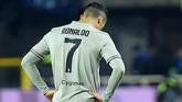 Alih-alih mencetak gol, Juventus justru kembali kebobolan oleh Duvan Zapata. Juventus kalah 0-3 di akhir pertandingan.(REUTERS/Massimo Pinca)