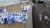 Masyarakat yang merupakan jemaat gereja berjalan berduyun-duyun setelah acara baptis massal. (REUTERS/Simon Dawson)