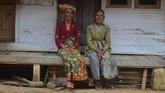 Dua warga adat kesepuhan Kampung Naga di Kabupaten Tasikmalaya, Jawa Barat. (ANTARA FOTO/Adeng Bustomi)