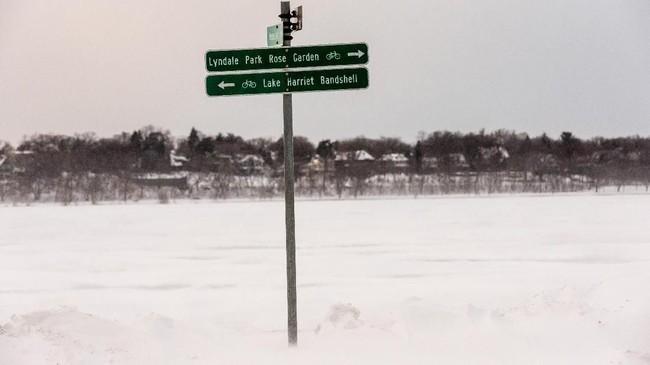 Lebih dari 1.500 penerbangan dibatalkan di dua bandara utama Chicago akibat cuaca dingin ekstrem. (Photo by Kerem Yucel / AFP)