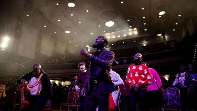 Para jemaat bernyanyi dan menari dalam kebaktian Super Sunday di Gereja House of Praise di London, Inggris. Sebelumnya, gereja ini adalah hall untuk bermain bingo atau pertunjukan teater. (REUTERS/Simon Dawson)