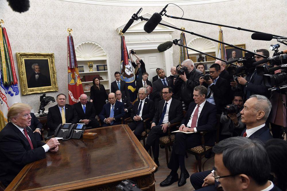 Presiden Donald Trump (kiri) mengadakan pertemuan dengan Wakil Perdana Menteri China Liu He (kanan), di Gedung Putih, Washington, AS, Kamis (1/2/2019).Pertemuan itu dilakukan di sela-sela perundingan dagang AS-China. (AP Photo/Susan Walsh)