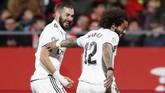 Karim Benzema yang mencetak empat gol dalam dua pertandingan terakhir merayakan gol pertama ke gawang Girona bersama Marcelo. (REUTERS/Albert Gea)