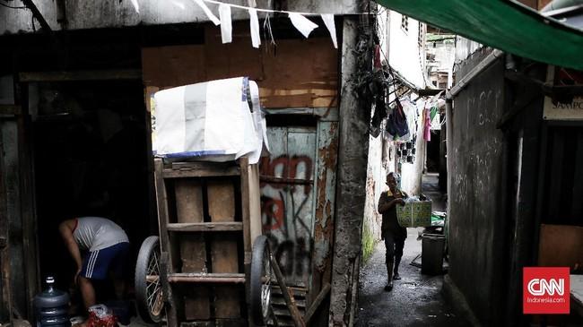 Pemukiman ini sangat sesak untuk suatu kawasan tempat tinggal di tengah kota Jakarta. Akses hanya dapat di lalui gang dengan akses satu kendaraan sepeda motor. (CNNIndonesia/Andry Novelino)
