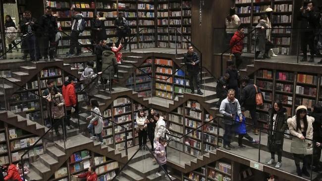 Para pengunjung terlihat di dalam toko buku yang baru saja diresmikan di Chongqing, China. (REUTERS/Stringer)