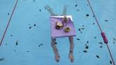 Seorang perempuan berpartisipasi di Kejuaraan Renang Air Dingin di Tooting Bec Lido di London, Inggris. (REUTERS/Hannah McKay)
