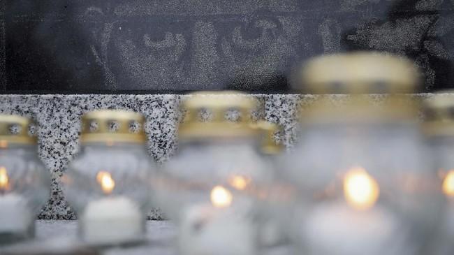 Lilin-lilin ditempatkan di Tugu Peringatan Holocaust di Kaliningrad, Rusia, untuk mengenang perjalanan terakhir para tawanan yang isekap di kamp konsentrasi saat berlangsungnya Perang Dunia II. (REUTERS/Vitaly Nevar)