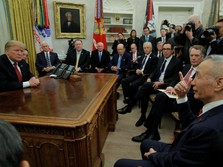 Penuh Sesak Ruang Kerja Trump Saat Bertemu Wakil PM China