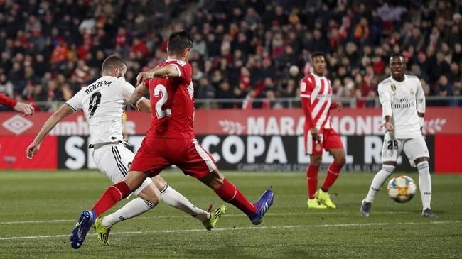 Real Madrid unggul pada menit ke-27 melalui Karim Benzema setelah memanfaatkan umpan satu-dua dari Dani Carvajal. (REUTERS/Albert Gea)