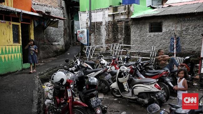 Warga berharap pemerintah DKI Jakarta bisa membangun fasilitas bermain untuk anak-anak di kampung mereka. (CNNIndonesia/Andry Novelino)