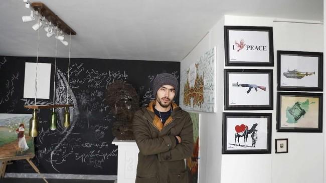 Mahdi Zahak (25) yang merupakan seniman hanya berharap perdamaian bisa terjadi jika Taliban mau menerima cara hidup setiap orang yang berbeda-beda. (REUTERS/Mohammad Ismail)