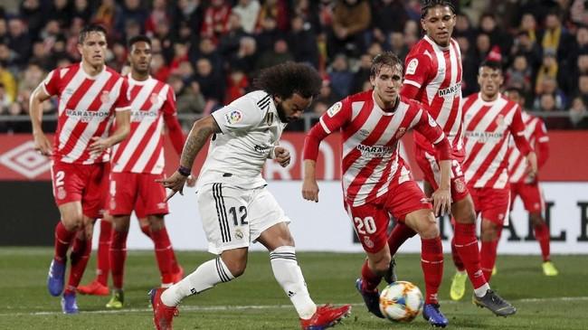 Real Madrid sebenarnya memiliki banyak peluang untuk mencetak gol di babak pertama, tapi selalu gagal dalam penyelesaian akhir, termasuk peluang dari Marcelo. (REUTERS/Albert Gea)