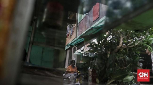 Sempitnya rumah yang dihuni membuat warga menyiasatinya dengan membangun secara vertikal. Banyak rumah di kampung tersebut berlantai dua dengan bangunan seadanya. (CNN Indonesia/Andry Novelino)