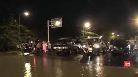 VIDEO: Banjir Landa Surabaya, Seorang Anak Tewas