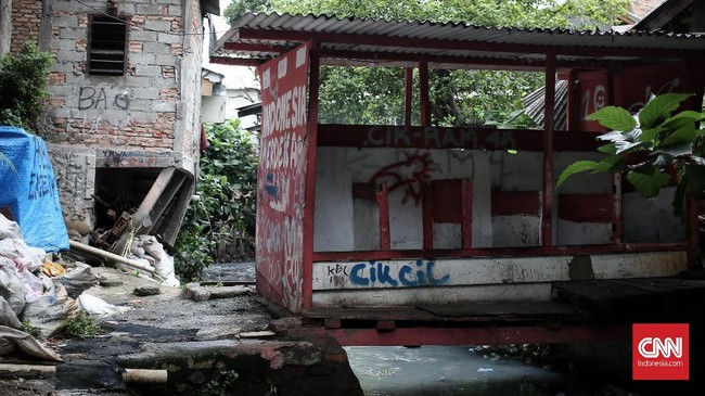 Jamban gantung masih terdapat di kampung Ampiun ini, untuk pembuangan limbahnya warga langsung memanfaatkan sungai dibelakang pemukiman. (CNNIndonesia/Andry Novelino)