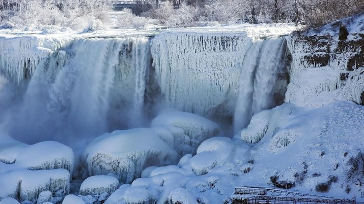 The Table Rock Welcome Centre overlooks a snow and ice covered American Falls, viewed from Niagara Falls, Ontario, Canada, Thursday, Jan. 31, 2019.  (Tara Walton/The Canadian Press via AP)
