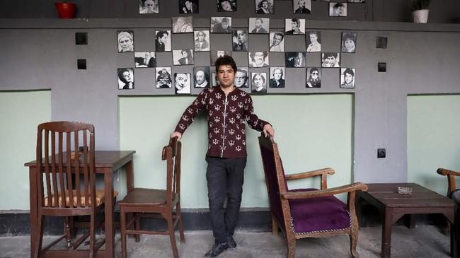 Seorang pemilik kedai kopi, Anosh Sarwari (23) sangat mengharap perdamaian supaya mereka bisa berusaha dan hidup tenang. (REUTERS/Mohammad Ismail)