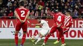 Memanfaatkan umpan Vinicius Junior, Karim Benzema mencetak gol keduanya pada menit ke-43 dan menutup keunggulan Real Madrid 2-0 di babak pertama. (REUTERS/Albert Gea)