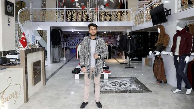 Sohail Ataie (22) cuma ingin tetap bisa berjualan pakaian. Dia lelah dengan kondisi peperangan dan ingin perdamaian. (REUTERS/Mohammad Ismail)