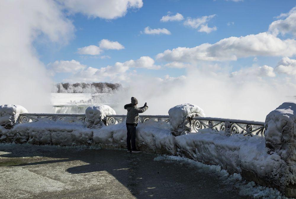Cuaca dingin ekstrem yang melanda Amerika Serikat dan sekitarnya dilaporkan telah membuat Air Terjun Niagara membeku.