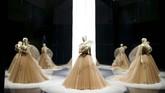 Selain itu, dalam pameran di museum ini, Dior juga banyak menampilkan banyak desain Haute Couture oleh desainer kreatif terbarunya Maria Grazia Chiuri. (REUTERS/Henry Nicholls)