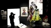 Hal lain yang tak boleh dilewatkan adalah gaun pesta topeng yang dirancang oleh Yves Saint Laurent untuk Dior pada 1958 tak lama setelah kepergian Dior yang mendadak. (REUTERS/Henry Nicholls)