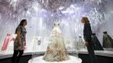 Pameran ini menjelajahi hubungan asmara Dior dengan budaya Inggris dan juga perjalanannya menjadi desainer dunia. (REUTERS/Henry Nicholls)