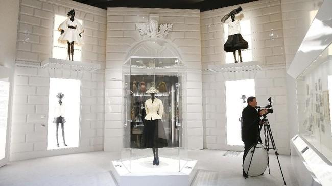 Kurator eksibisi Oriole Cullen mengungkapkan kepada Tatler bahwa ini adalah eksibisi fesyen terbesar yang digelar setelah Alexander McQueen: Savage Beauty. (REUTERS/Henry Nicholls)