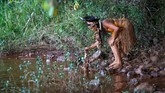 Penduduk desa juga memanfaatkan keberadaan sungai itu untuk mandi dan mencuci pakaian. (REUTERS/Adriano Machado)