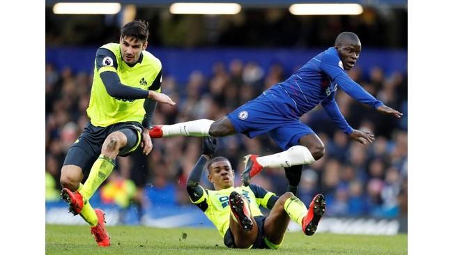 Gol pertama Gonzalo Higuain terjadi berkat assist N'Golo Kante yang tampil spartan dan tak kenal lelah. (Reuters/John Sibley)