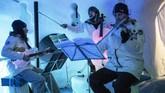 Ada biola, cello, bas, bahkan sampai instrumen perkusi yang dibuat dari es. Mereka tetap digesek, dipetik dan ditiup seperti alat musik biasa. (Marco BERTORELLO / AFP)